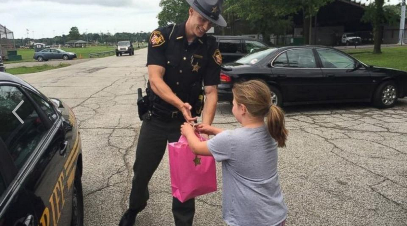 Lemonade stand surprise: Sheriff's Deputy helps little girl reach her goal